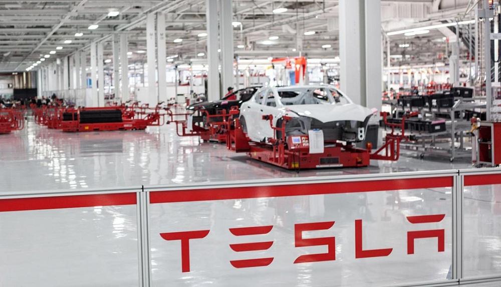 Tesla будує три додаткові великі фабрики