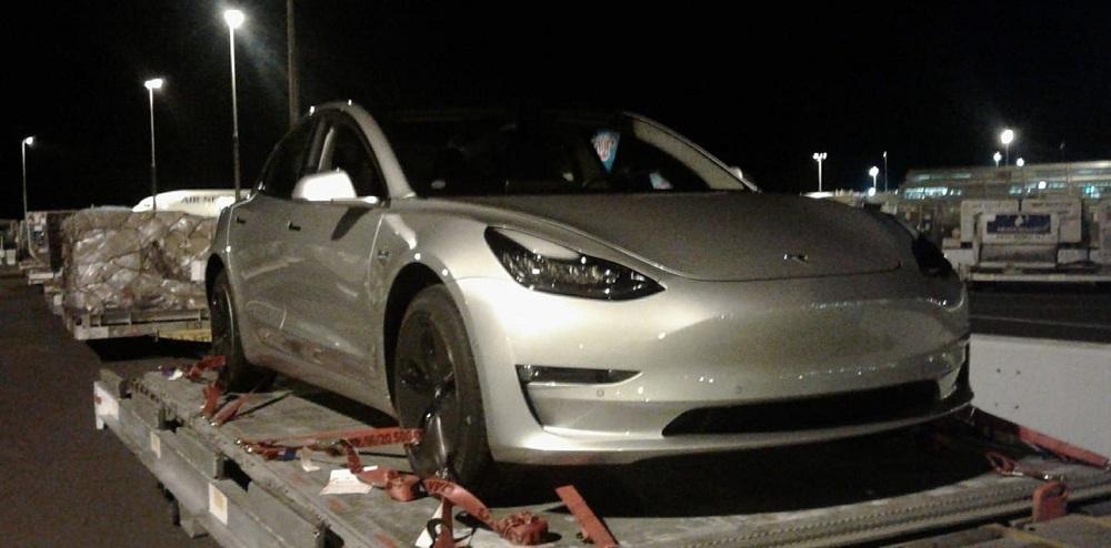 Перший електромобіль Tesla Model 3 за межами США