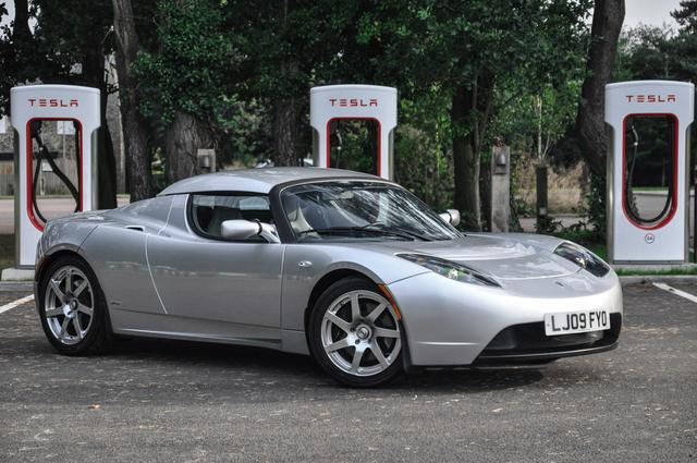 Перший електромобіль Tesla Roadster в Європі пішов з молотка