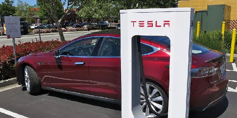 Tesla пояснили чому обмежили швидкість зарядки акумуляторів