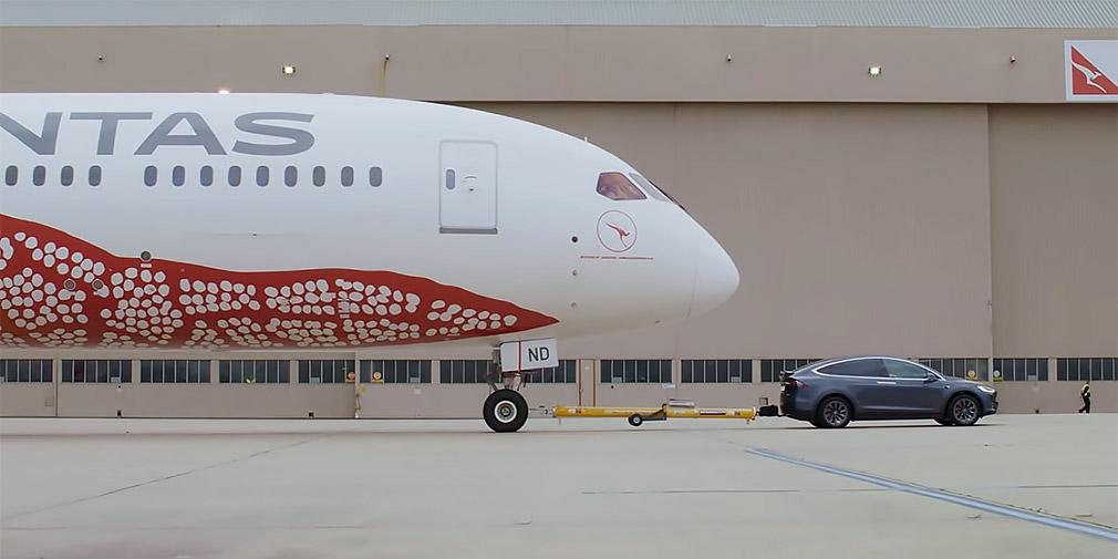 Відео: кросовер Tesla буксирує 126-тонний авіалайнер