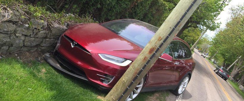 Рідкісна модель електромобіля Tesla потрапила в аварію
